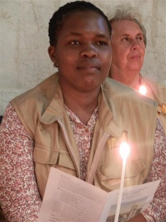 Twee Suid-Afrikaanse EAPPI span: Carol in die agtergrond, en Zodwa in die voorgrond.  Zodwa neem by Carol oor in die Jayyous span.